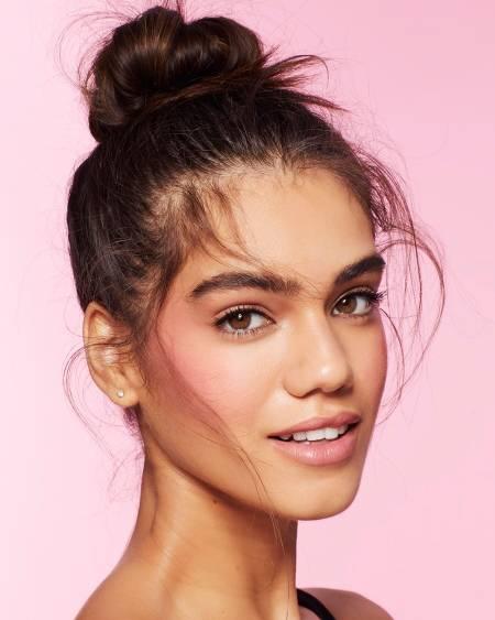 Девушка с макияжем в розовых тонах